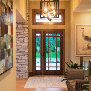 ミネアポリスの大きい片開きドアコンテンポラリースタイルのおしゃれな玄関ロビー (ベージュの壁、無垢フローリング、ガラスドア) の写真