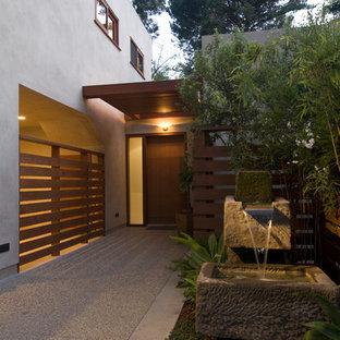 Asiatischer Eingang mit Einzeltür und dunkler Holztür in Los Angeles