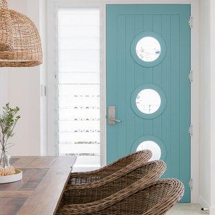 Idéer för att renovera en liten maritim ingång och ytterdörr, med vita väggar, klinkergolv i porslin, en enkeldörr och en blå dörr