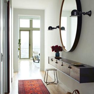 Ejemplo de hall escandinavo con paredes blancas y suelo de madera clara
