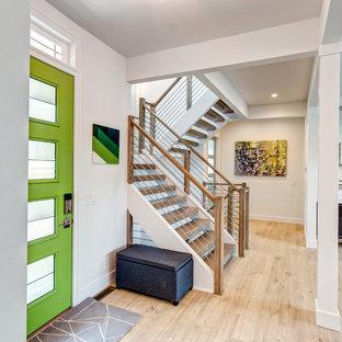 Immagine di un corridoio classico con pareti bianche, parquet chiaro, una porta singola e una porta verde