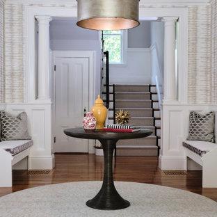 Klassischer Eingang mit Foyer, braunem Holzboden, Tapetenwänden, vertäfelten Wänden, beiger Wandfarbe und braunem Boden in Boston