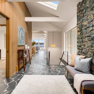 Неиссякаемый источник вдохновения для домашнего уюта: большое фойе в стиле ретро с полом из сланца, двустворчатой входной дверью, красной входной дверью, черным полом и белыми стенами