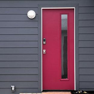 На фото: входная дверь в современном стиле с двустворчатой входной дверью с
