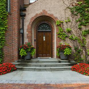 Klassische Haustür mit Einzeltür und dunkler Holztür in Minneapolis