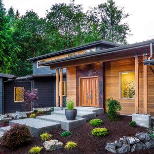 Выдающиеся фото от архитекторов и дизайнеров интерьера: входная дверь в современном стиле с серебряными стенами, бетонным полом, двустворчатой входной дверью и входной дверью из дерева среднего тона