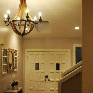 シアトルの中くらいの両開きドアトラディショナルスタイルのおしゃれな玄関ドア (ベージュの壁、白いドア、トラバーチンの床) の写真