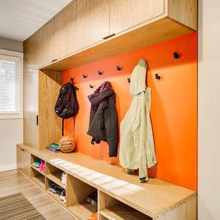 Inspiration för stora moderna kapprum, med beige väggar, ljust trägolv och beiget golv