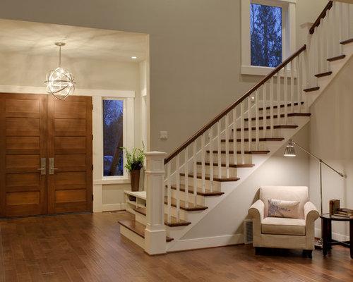 entr e avec une porte en bois brun et un mur beige photos et id es d co d 39 entr es de maison ou. Black Bedroom Furniture Sets. Home Design Ideas