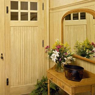 ニューヨークの片開きドアトラディショナルスタイルのおしゃれな玄関 (淡色木目調のドア) の写真