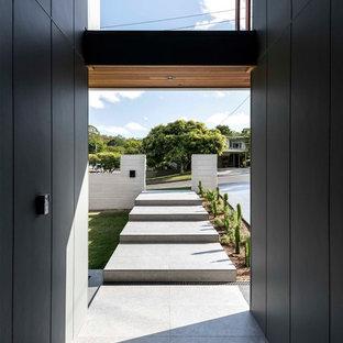 Esempio di un corridoio minimal con pareti nere e pavimento grigio