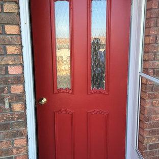 他の地域の片開きドアモダンスタイルのおしゃれな玄関 (ピンクの壁、塗装フローリング、金属製ドア) の写真