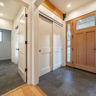 Inspiration för en mellanstor funkis foajé, med grå väggar, klinkergolv i keramik, en enkeldörr, mellanmörk trädörr och grått golv
