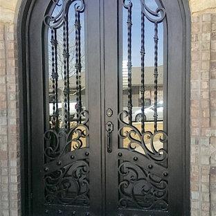 Réalisation d'une petit porte d'entrée tradition avec un mur marron, béton au sol, une porte double et une porte métallisée.