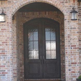Diseño de puerta principal clásica, pequeña, con paredes marrones, suelo de cemento, puerta doble y puerta metalizada