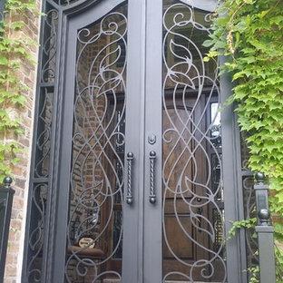 Idée de décoration pour une petit porte d'entrée minimaliste avec une porte métallisée et une porte double.