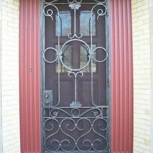 シカゴの広い片開きドアトラディショナルスタイルのおしゃれな玄関ドアの写真