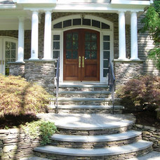 Traditional Entry by Landscape Perceptions of DiTomaso Design Inc.