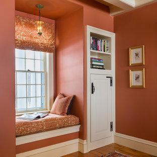 Bild på en stor vintage foajé, med röda väggar, ljust trägolv och brunt golv