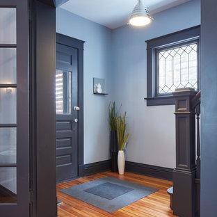 Свежая идея для дизайна: маленькая входная дверь в современном стиле с серыми стенами, полом из бамбука, одностворчатой входной дверью, серой входной дверью и коричневым полом - отличное фото интерьера
