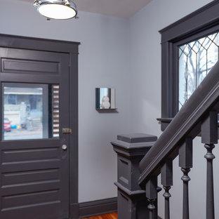 カンザスシティの小さい片開きドアコンテンポラリースタイルのおしゃれな玄関ドア (グレーの壁、グレーのドア、竹フローリング、茶色い床) の写真