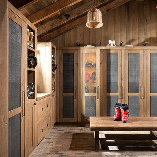 Неиссякаемый источник вдохновения для домашнего уюта: большой тамбур в стиле рустика с коричневыми стенами, кирпичным полом и разноцветным полом
