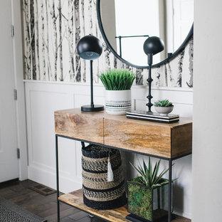 Создайте стильный интерьер: маленькая входная дверь в стиле модернизм с серыми стенами, темным паркетным полом, одностворчатой входной дверью, белой входной дверью и коричневым полом - последний тренд