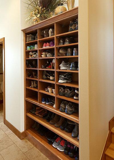 トラディショナル 玄関 by Showplace Cabinetry
