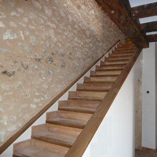 Modelo de escalera recta, rural, de tamaño medio, con escalones con baldosas y contrahuellas con baldosas y/o azulejos