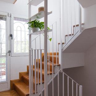 Modelo de escalera en U, nórdica, con escalones de madera, contrahuellas de madera y barandilla de metal
