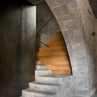 バルセロナの中サイズの木のラスティックスタイルのおしゃれなかね折れ階段 (木の蹴込み板) の写真