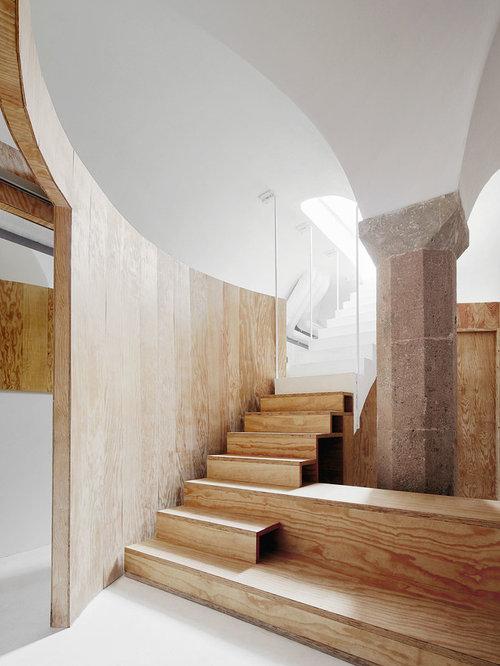 diseo de escalera recta grande con escalones de madera y de