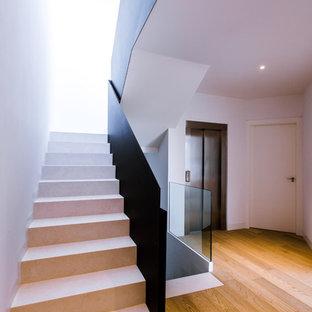 Réalisation d'un grand escalier minimaliste en U.