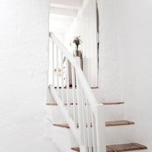 Diseño de escalera en U, mediterránea, de tamaño medio, con escalones con baldosas y contrahuellas de hormigón