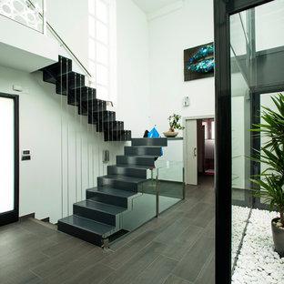 Foto de escalera en U, contemporánea, de tamaño medio, con barandilla de metal