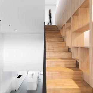 Modelo de escalera recta, minimalista, de tamaño medio, con escalones de madera y contrahuellas de madera