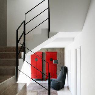 Ejemplo de escalera en U, actual, de tamaño medio, con escalones de hormigón y contrahuellas de hormigón