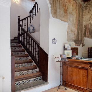 Ejemplo de escalera en U, rural, de tamaño medio, con escalones con baldosas y contrahuellas con baldosas y/o azulejos