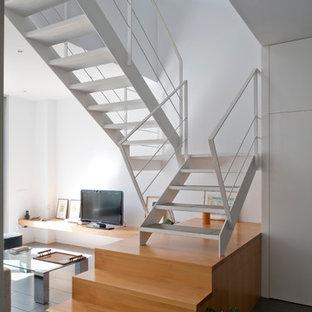 Modelo de escalera en U, actual, de tamaño medio, sin contrahuella, con escalones de metal