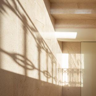 """Foto di una scala a """"U"""" contemporanea di medie dimensioni con pedata in pietra calcarea e alzata in pietra calcarea"""