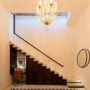 """Esempio di una scala a """"L"""" minimal di medie dimensioni con pedata in cemento, alzata in legno e parapetto in legno"""
