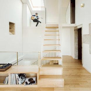 Foto de escalera recta, contemporánea, de tamaño medio, sin contrahuella, con escalones de madera