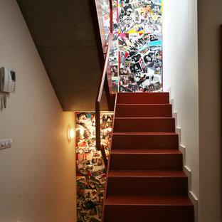 Diseño de escalera en U, urbana, de tamaño medio, con escalones de metal, contrahuellas de metal y barandilla de metal