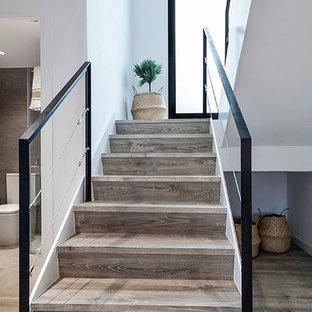 Réalisation d'un escalier nordique en U de taille moyenne avec des marches en bois et des contremarches en bois.