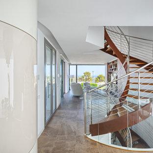 アリカンテの大きい木のコンテンポラリースタイルのおしゃれな階段の写真