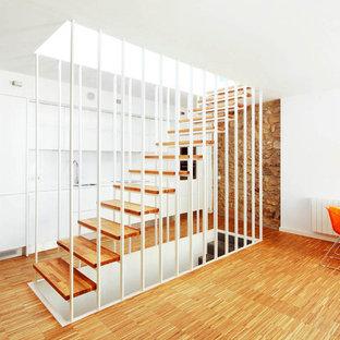 Diseño de escalera recta, actual, de tamaño medio, sin contrahuella, con escalones de madera