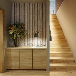 Foto de escalera recta, de estilo de casa de campo, de tamaño medio, con escalones de madera, contrahuellas de madera y barandilla de madera