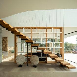 Diseño de escalera recta, moderna, sin contrahuella, con escalones de madera y barandilla de cable