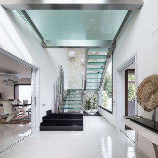Foto de escalera en U, contemporánea, grande, sin contrahuella, con escalones de vidrio