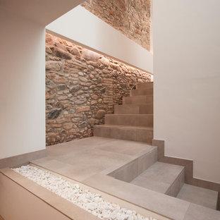 Modelo de escalera en L, actual, de tamaño medio, con escalones con baldosas y contrahuellas con baldosas y/o azulejos